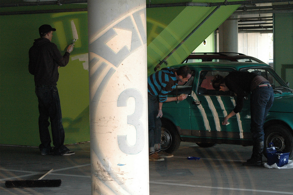 Anamorfe projectie schilderen in de parkeerkelder van het VPRO gebouw